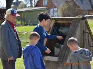 minu isa näitab kolmandale põlvkonnale kuidas vesi tuppa too