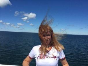 Meretuules lehvivad juuksed