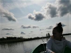 Emaga Kaiu järvel kalastamas.