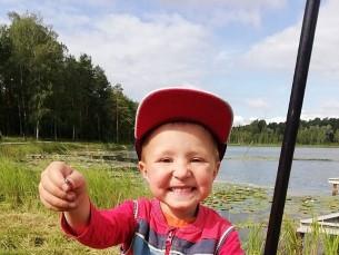 Kirglik kolmene kalamees. Johannes oma elu esimese ise püütud kalaga.