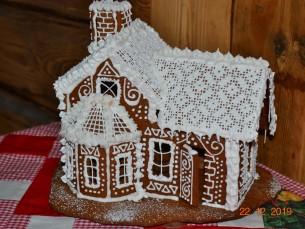 Ma olen igal jõulu teinud maja ja nii ka sel aastal. Tänavune maja on pitskatuse ja peenete aknaraamidega.