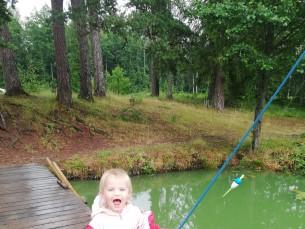 Viisime 2a tütre esimest korda kalale  Vahejärvele, oli vihmane ja sobune ilm aga tüdruk oli visa ja kätte sai oma esimese kala, milleks oli ahven.