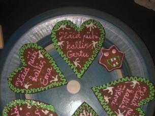 Südamekujulised piparkoogid kõigile, kes jõuluõhtul külas olid. Nimed kõigil peal et segi ei läheks
