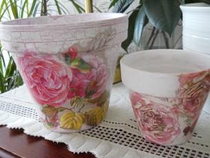 Lillepottide uus elu. Vanad lillepotid on üle värvitud ja kaunistatud salvrätitehnikaga.