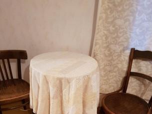 PITSILINE KOMPLEKT MAAKOJU 2. Vanadest pitsilistest rõivastest valminud laudlina.