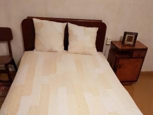 PITSILINE KOMPLEKT MAAKOJU 1. Vanadest pitsilistest rõivastest valminud voodikate ja padjakatted.