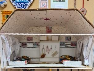 NUKUMAJA. Taaskasutusmaterjalidest ja käsitöö projektitööna valminud nukumaja. Nukumaja autor on Paide Hammerbecki Põhikooli 4. klassi õpilane Emma-Miia.
