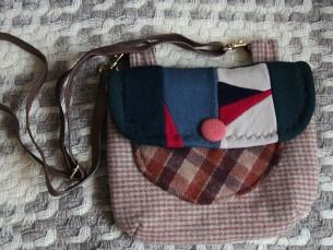 VILLASEST KANGAST KOTT. Villase kanga tükkidest õmmeldud kott, mille sangaks on kasutatud koti rihm.