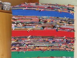LÕBUS KALTSUVAIP. Selles kaltsuvaibas on kasutatud nii tekstiilitööstuse jäätmeid kui ka vanu kaltsuks lõigatud riided. Õmblused ja äärekandid on kokku sõlmitud ja kootud vaheldumisi ühevärviliste triipudega labases koes vaibaks. Vaip on ühelt poolt sõlmedega, teiselt poolt sile. Vaipa saab kasutada mõlematpidi