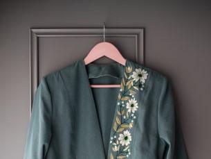 LILLTIKANDIGA JAKK. Ammuosetud kostüümjakk seisis kapis juba mõnda aega enne, kui tuli mõte see tikandiga uuendada. Jaki värvi tõttu oli raske õigeid lilli välja valida. Lõpuks langes otsus valgete lillede kasuks. Nüüd saan jakki kanda nagu uut.