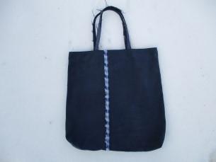 TEKSAKANGAST KOTT. See kott on tehtud teksa-stiilis paksemast materjalist pükstest. Pükste sisemine pool on välja pööratud, sest see mõjub sametiselt. Sangadeks on säärte alumine ärakeeratud serv, mis on lihtsalt ära lõigatud. Narmastega sangad on sihilikult jäetud narmendama