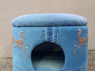 Tünntumbast pesa väiksemale loomale. Teksakangaga kaetud ja tikanditega kaunistatud pesa on valminud vanast tumbast. Igal väikesele lemmikloomal on mõnus sinna peitu pugeda, eriti kassil.