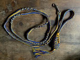 Värviline ja makrameetehnikas kaelarihm, mis valmis sõbranna koerale. Rihma küljes on ka väike kott, kuhu olulisi asju peita.